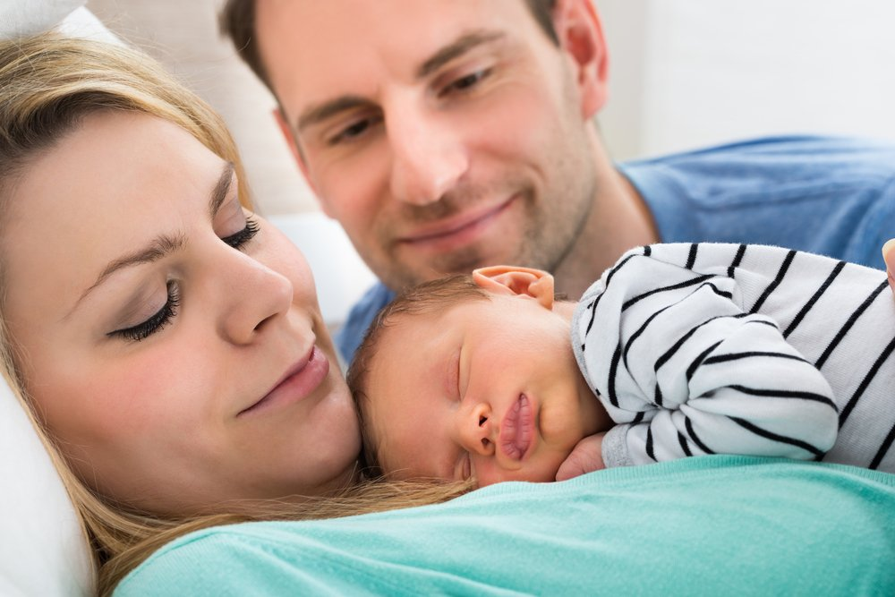 Les heureux parents d'un nouveau-né. | Photo : Shutterstock