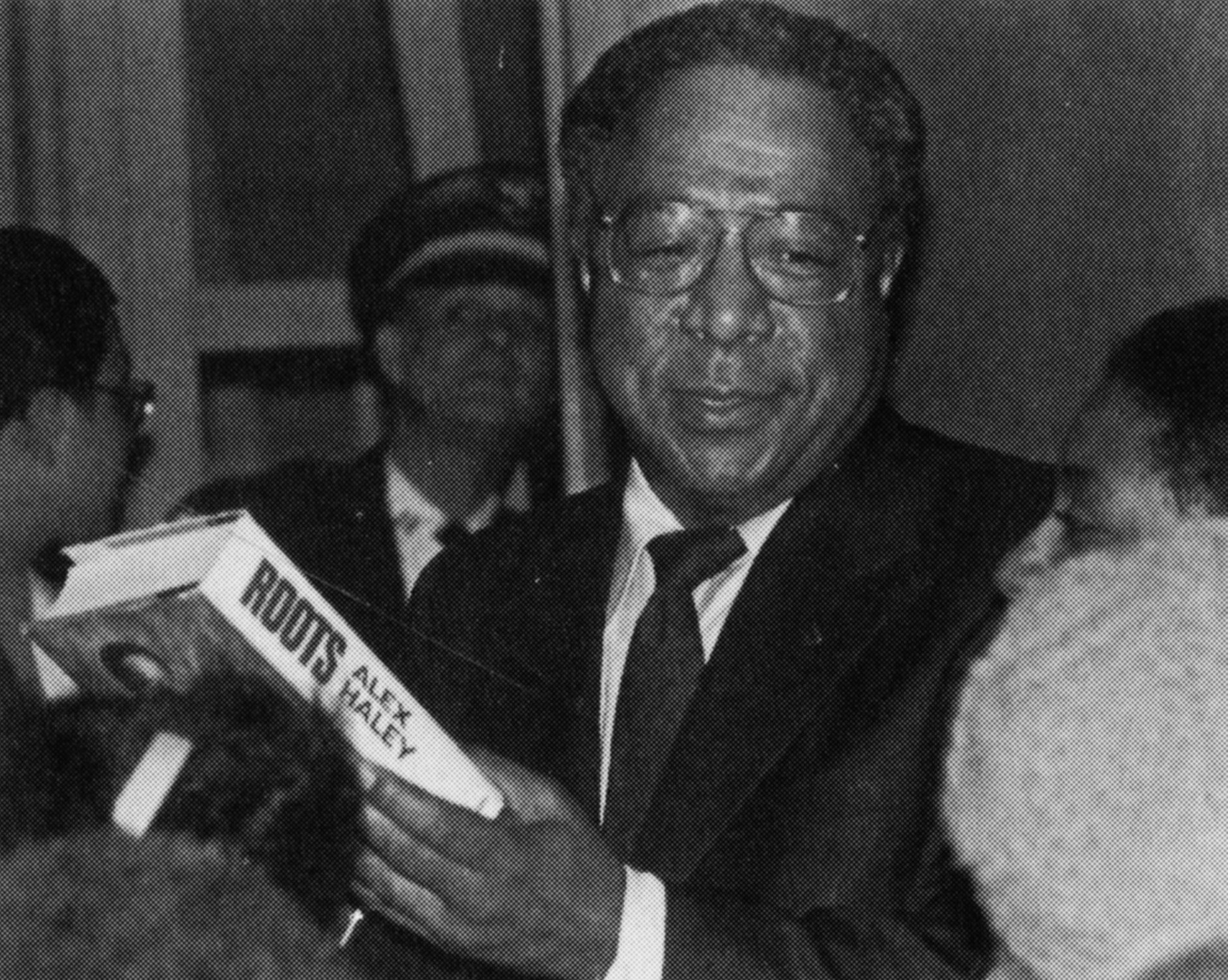 Alex Haley speaking at University of Texas at Arlington's Texas Hall in 1980. | Photo: University of Texas at Arlington Photograph Collection, CC BY 4.0, Wikimedia Commons Images