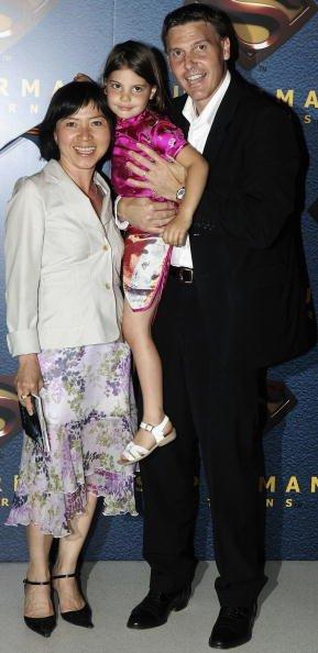 Anh Dao Traxel pose avec son mari et sa fille alors qu'elle à France. | Photo : GettyImage