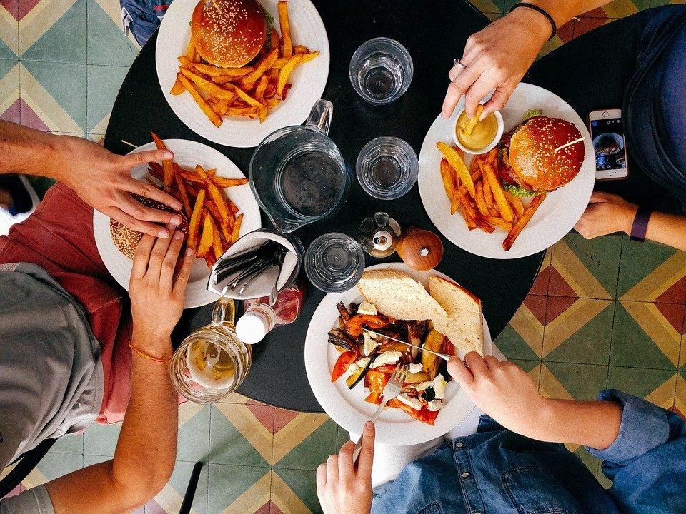Des personnes mangeant | Image : Le Pixabay