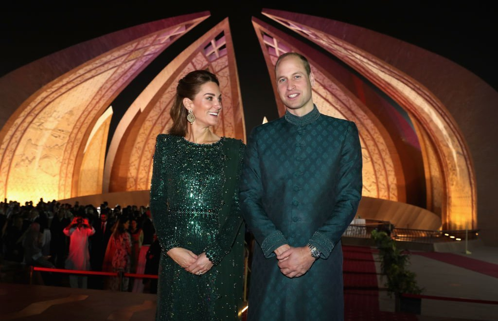 Prince William, Duke of Cambridge and Catherine, Duchess of Cambridge attend a special reception hosted by the British High Commissioner Thomas Drew, at the Pakistan National Monument, during day two of their royal tour of Pakistan | Photo: Getty Images