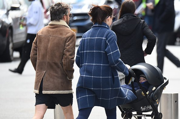 Anne Hathaway and Adam Shulman are seen walking with son Jonathan in Midtown on October 24, 2016 in New York City. | Photo: Getty Images
