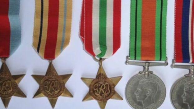Certaines des médailles portent au dos le numéro de service de Leslie Stelfox   Source : bbc.co.uk