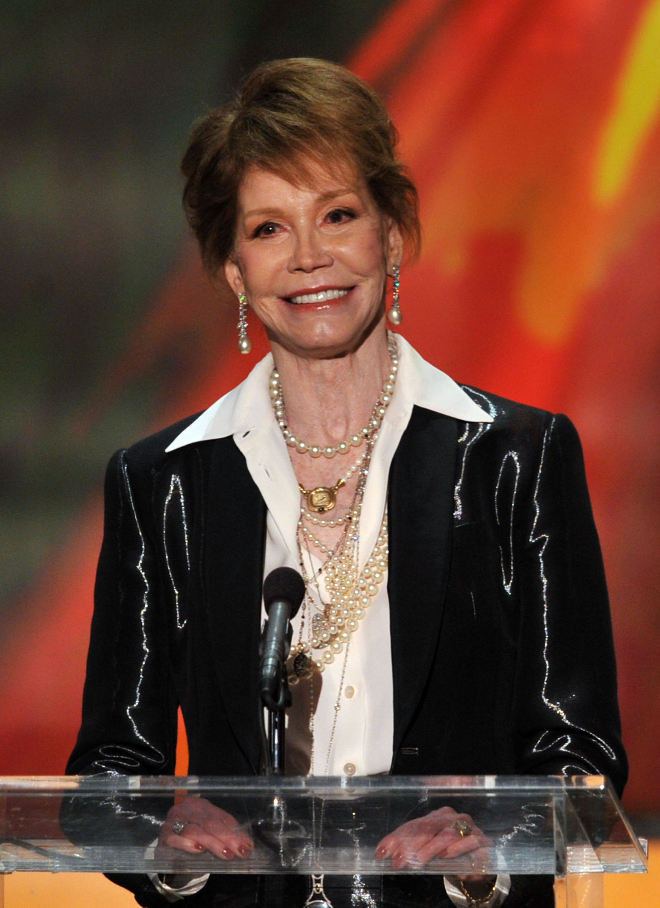 Mary Tyler Moore accepts the Life Achievement Award onstage during the 18th Annual Screen Actors Guild Awards at The Shrine Auditorium on January 29, 2012, in Los Angeles, California. | Source: Getty Images.