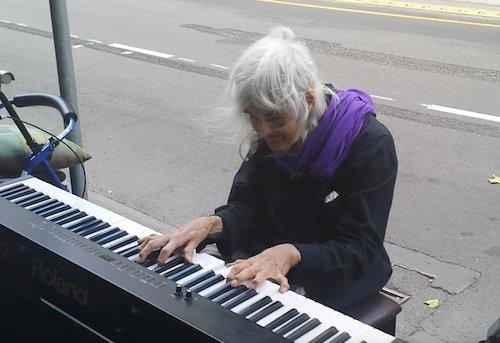 Natalie jouant dans la rue. l  Source: YouTube/ Matthew Trayling