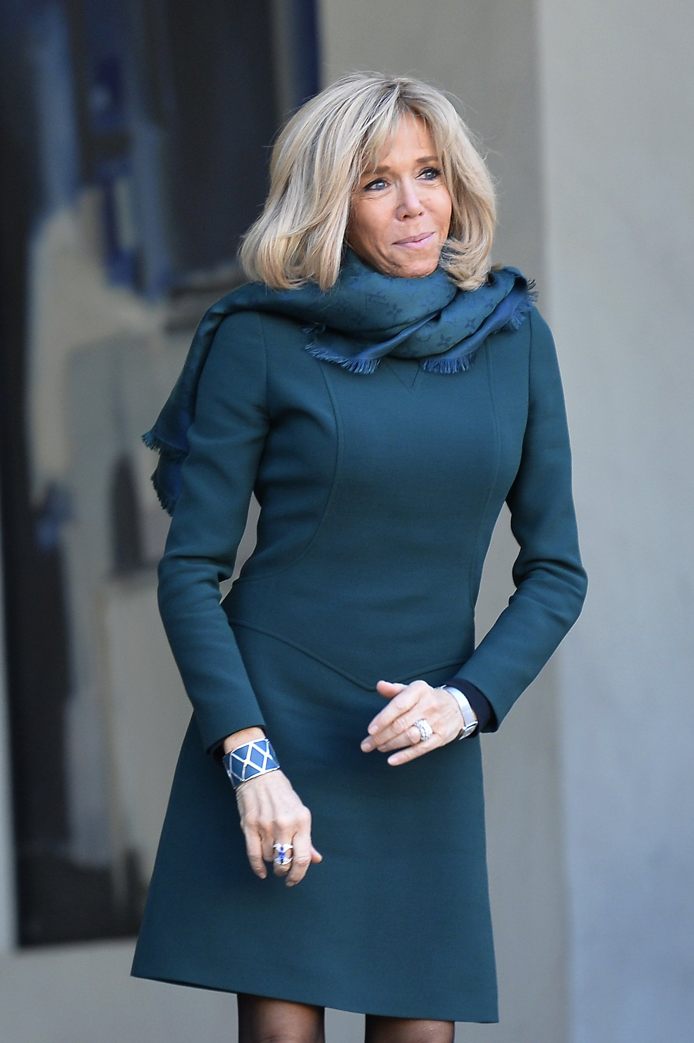 Brigitte Macron montre ses bagues en argents : Photo : Getty Images