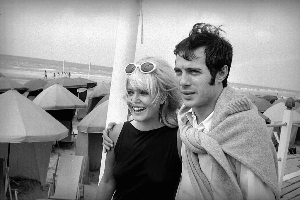Sophie Daumier et Guy Bedos. Deauville, 1965. HA-1223-18. | Photo : Getty Images