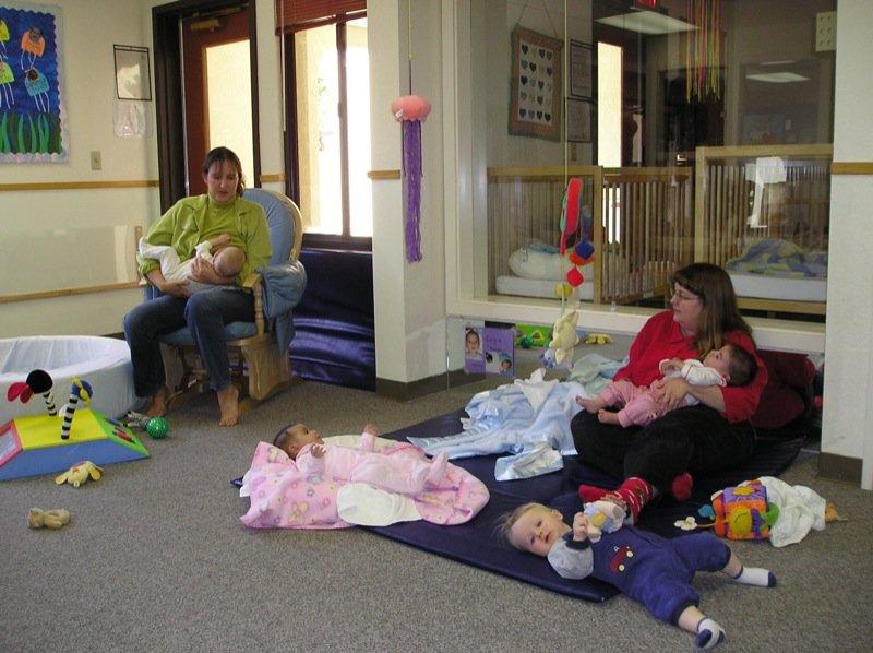 Niños durmiendo en guardería junto a sus cuidadoras. | Imagen: Flickr