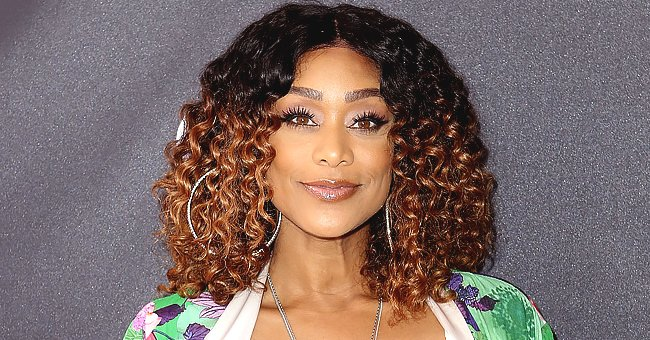 Tami Roman Stuns as She Flaunts Short Curly Hair & Red Lips in a Black & Gold Dress (Photo)
