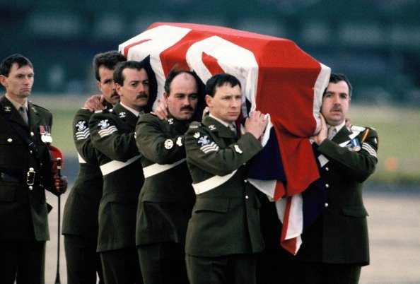 The draped coffin of Major Hugh Lindsay, carried by soldiers at RAF Northolt on March 12, 1988 in London, England. | Photo: Getty Images