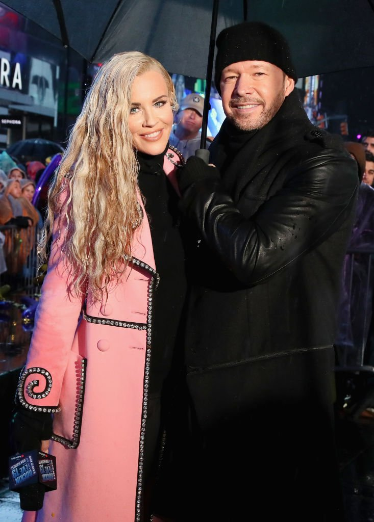 Jenny McCarthy and Donnie Wahlberg pose during Dick Clark's New Year's Rockin' Eve With Ryan Seacrest 2019. | Photo: Getty Images