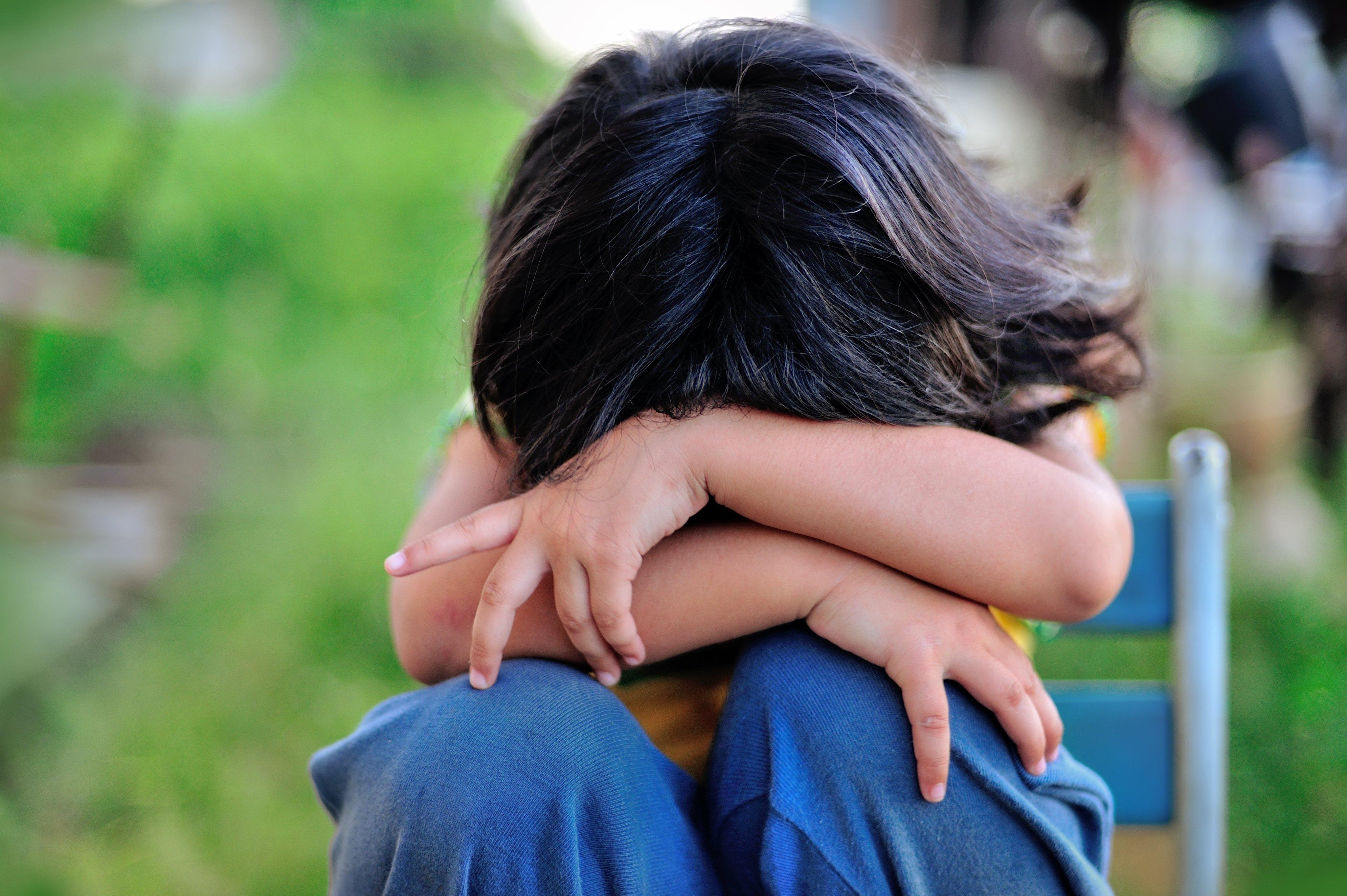 Enfant avec les bras croisés. Fontaine : Shutterstock