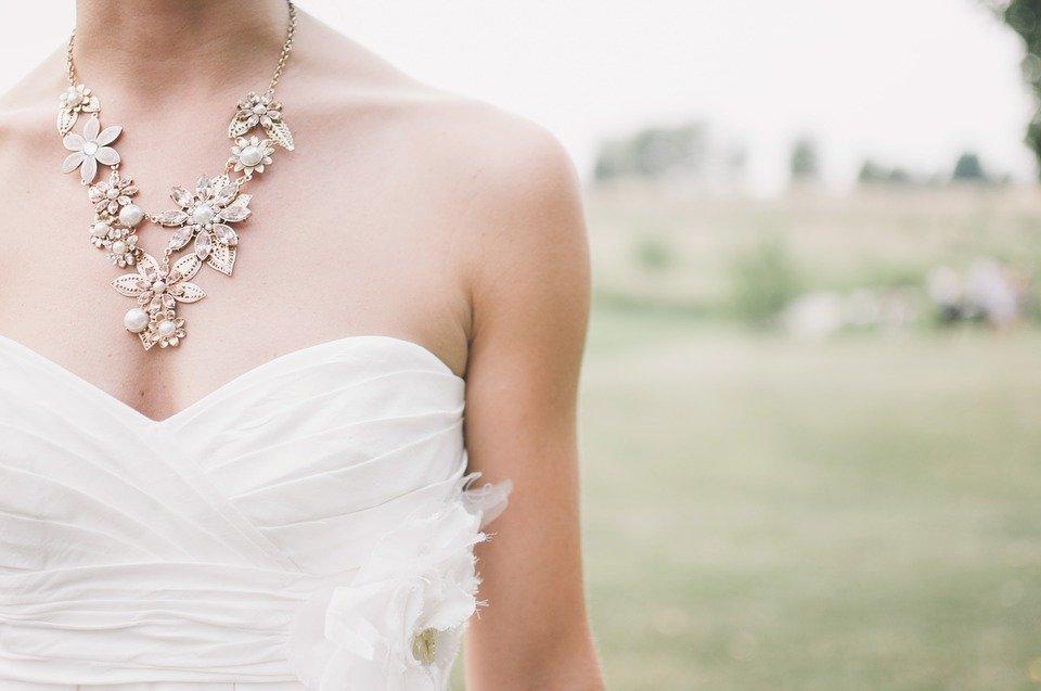 Une femme montrant une partie de sa robe de mariée.| Photo : Pixabay