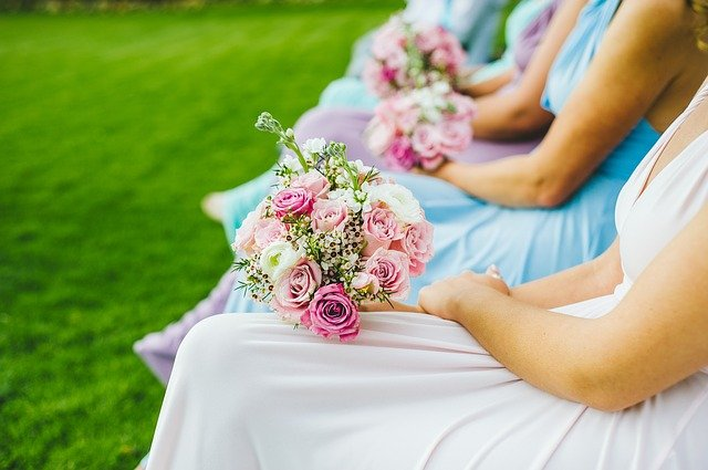 Bridemaids holding flowers at a wedding | Photo: Pixabay