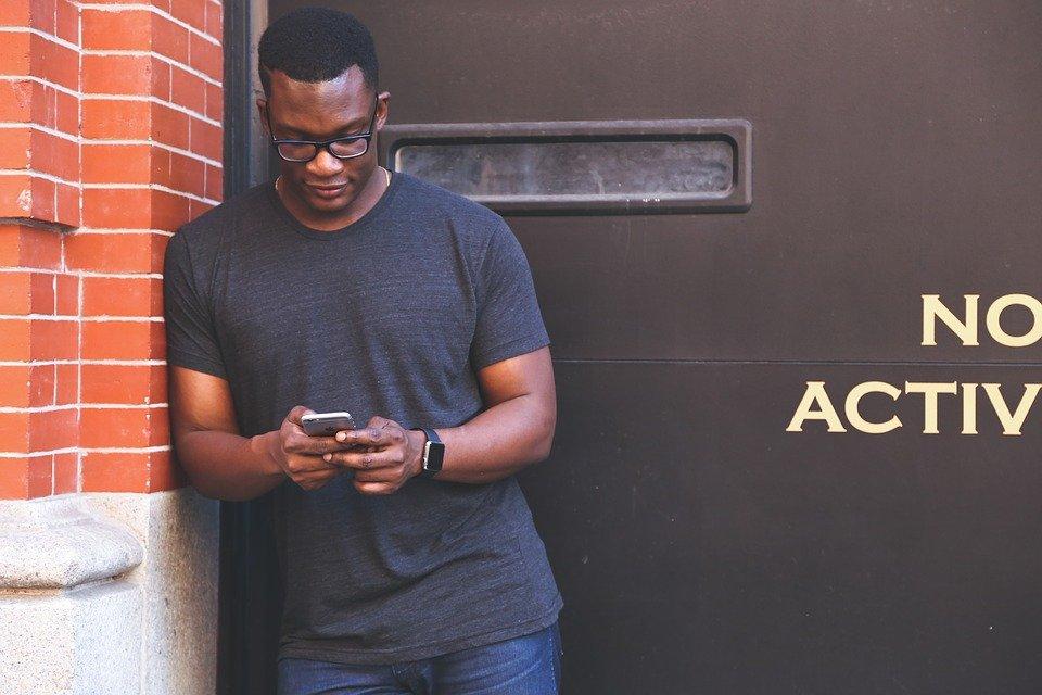 Afrodescendiente mirando su celular| Foto: Pixabay