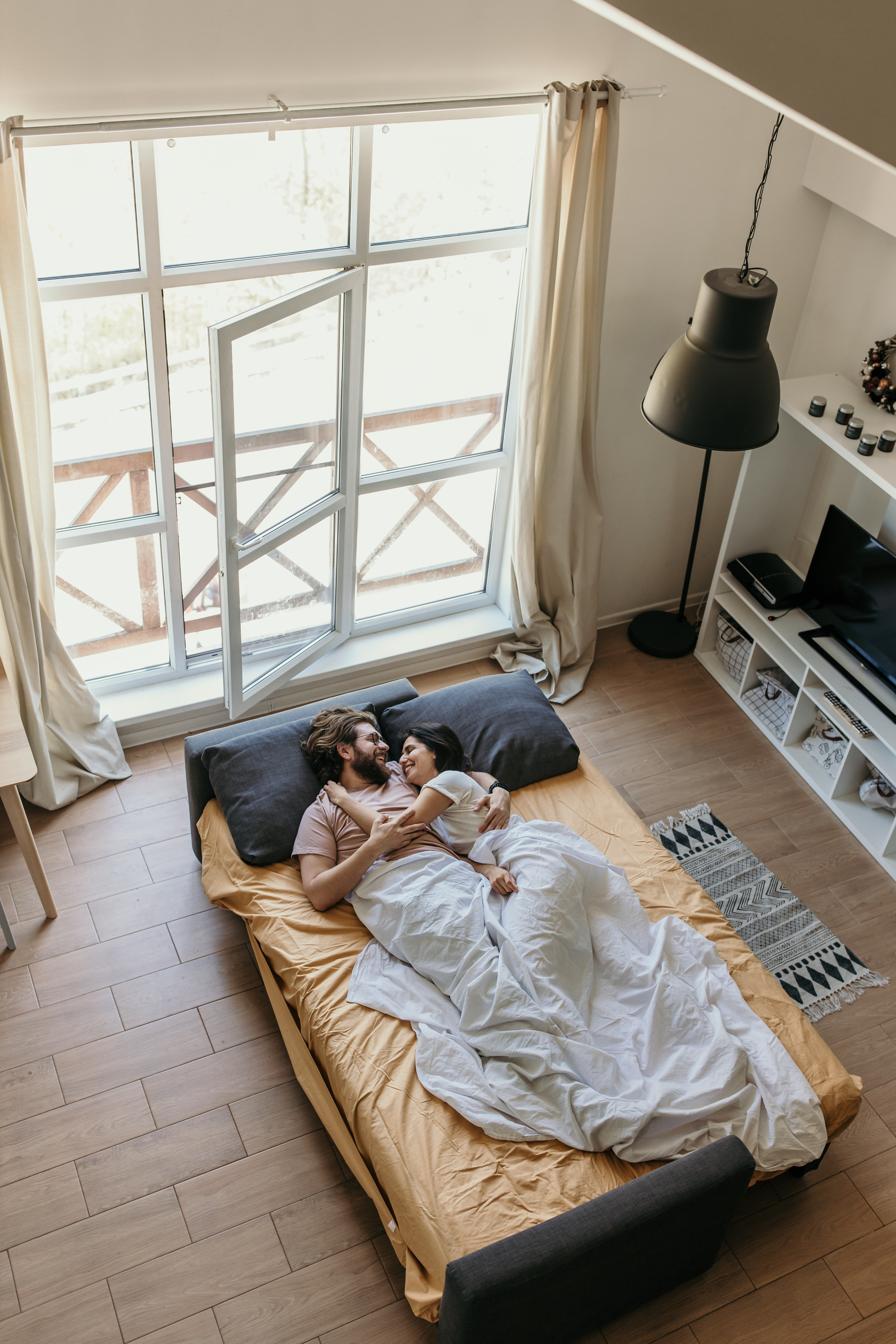 A couple lying together in bed. | Photo: Pexels