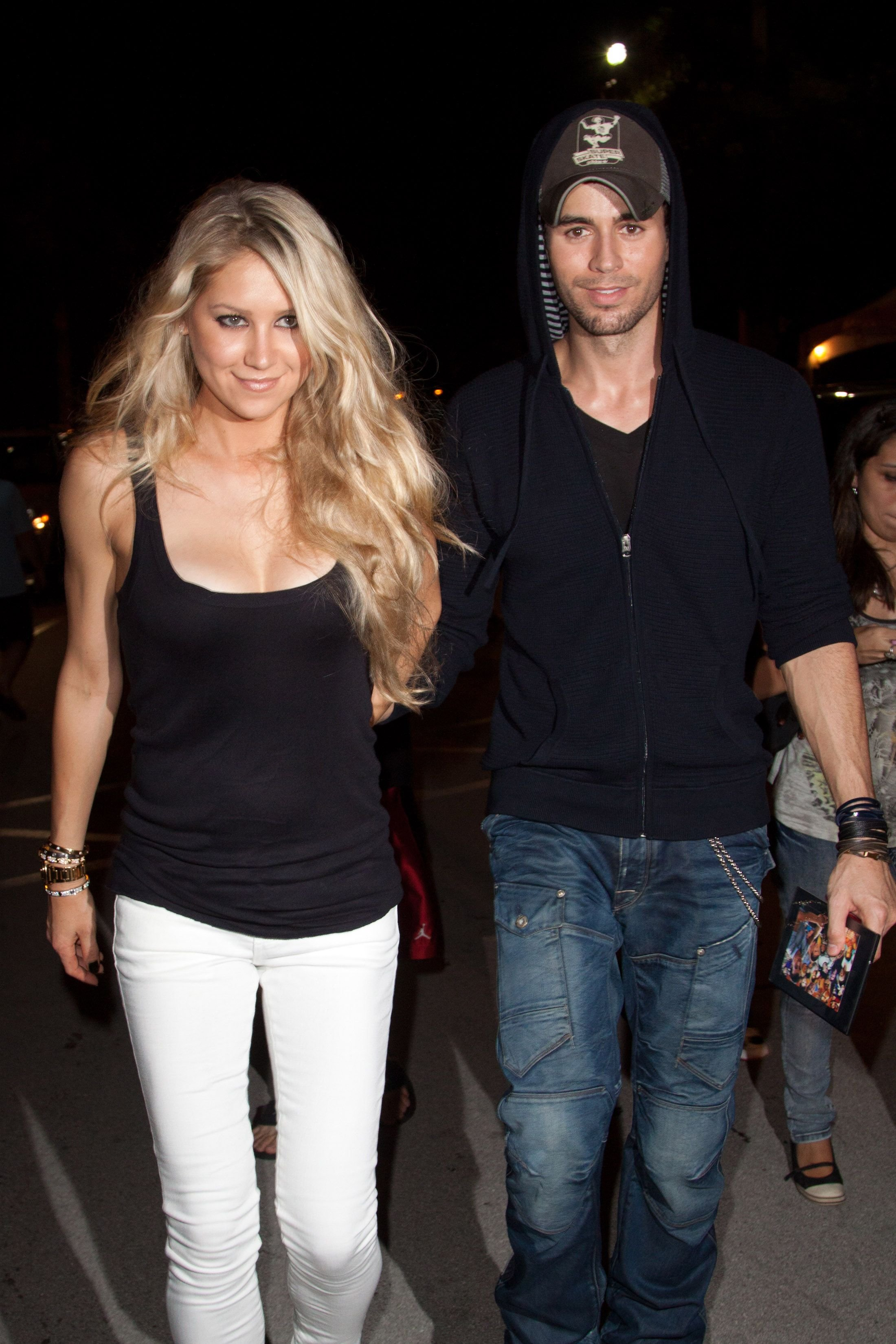 Anna Kournikova and Enrique Iglesias leave the Orange Carpet for the Miami Dolphins versus New York Jets game on September 26, 2010, in Miami, Florida | Photo: Getty Images