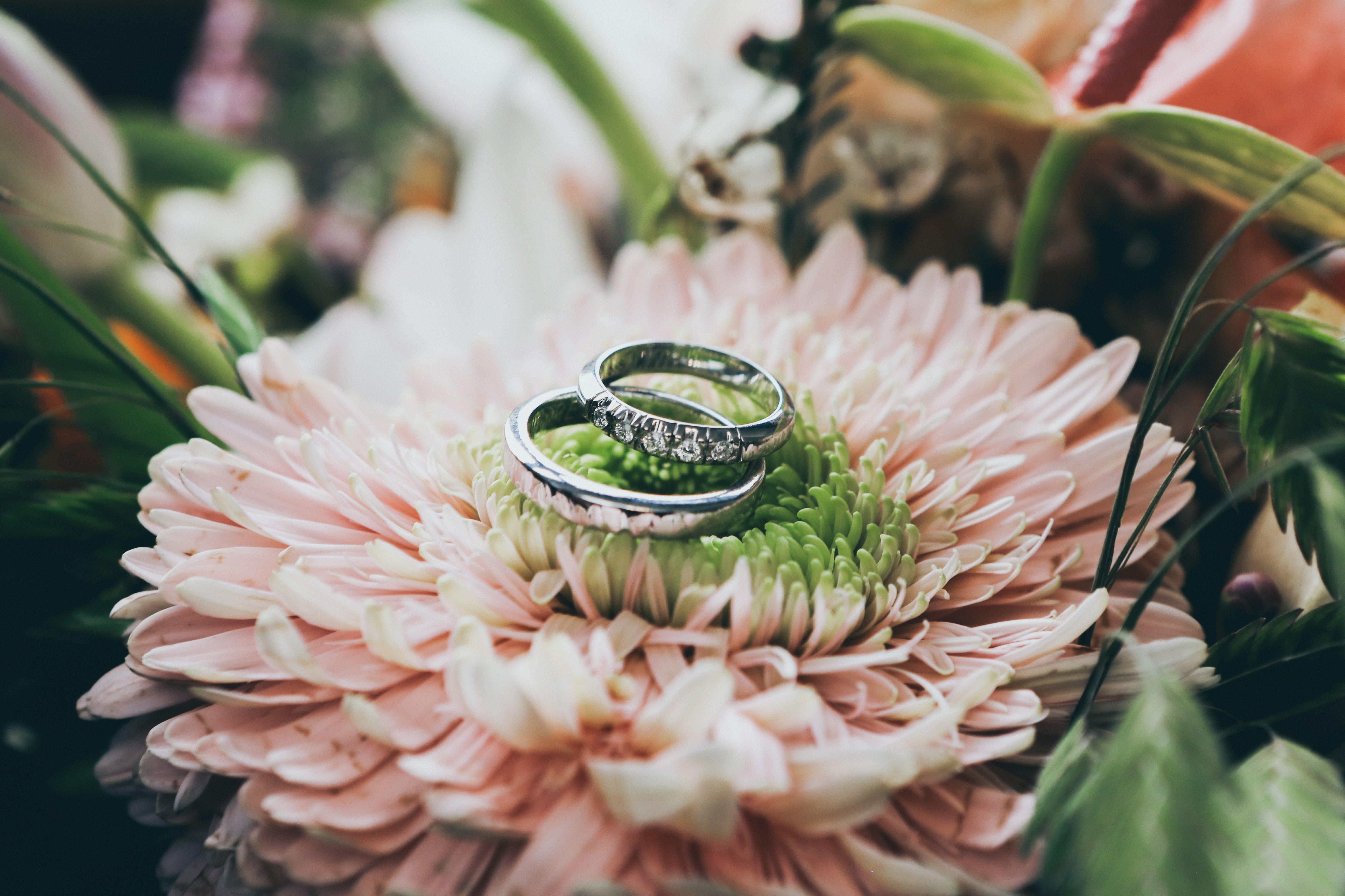 Des alliances sur un bouquet de mariée. l Source: Unsplash