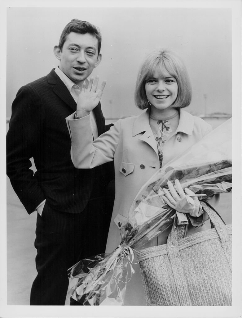 Serge Gainsbourg et la chanteuse France Gall, gagnants du Concours Eurovision de la chanson 1965, arrivant à l'aéroport d'Orly, Paris, France, le 22 mars 1965. | Photo : Getty Images
