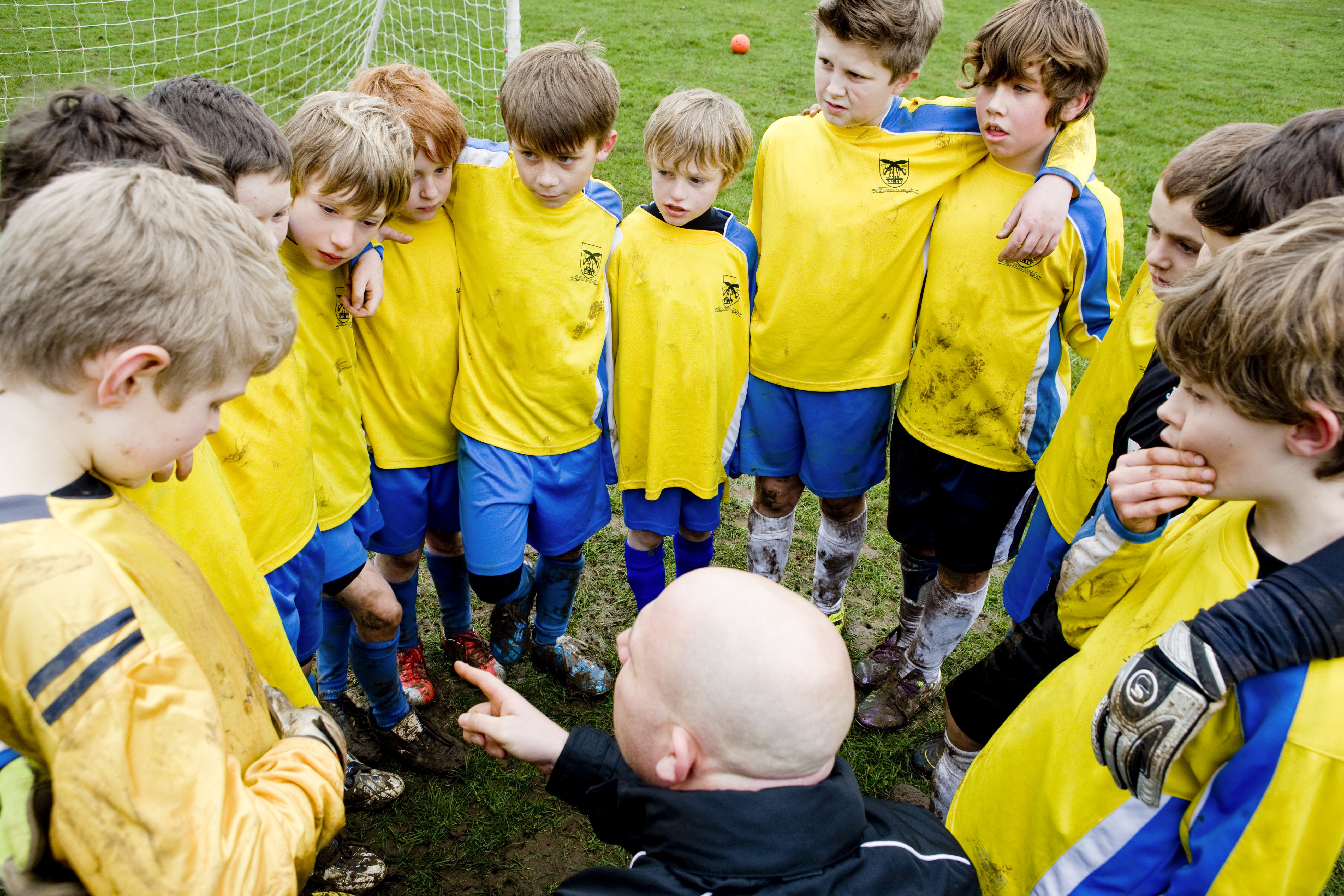 Photo of a football team talk with a coach before the game | Photo: Getty Images