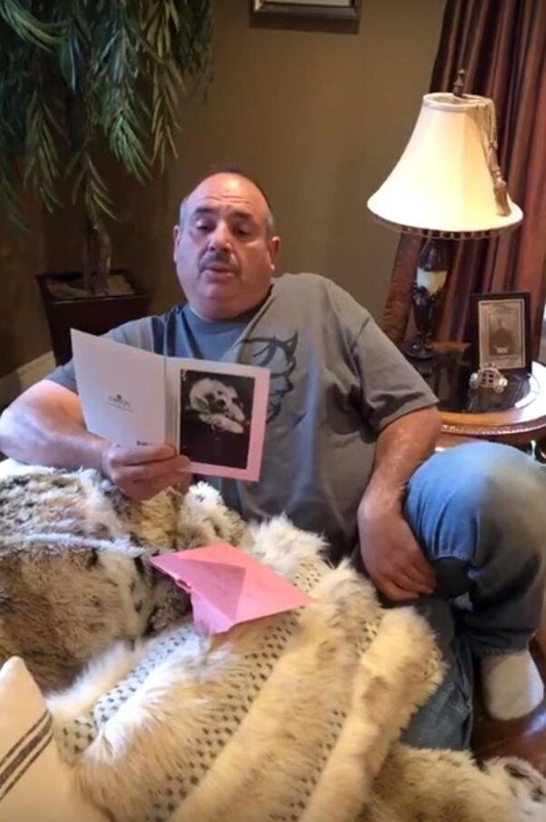 James leyendo la carta de su hija. | Imagen: Facebook/Jaleen Xuereb