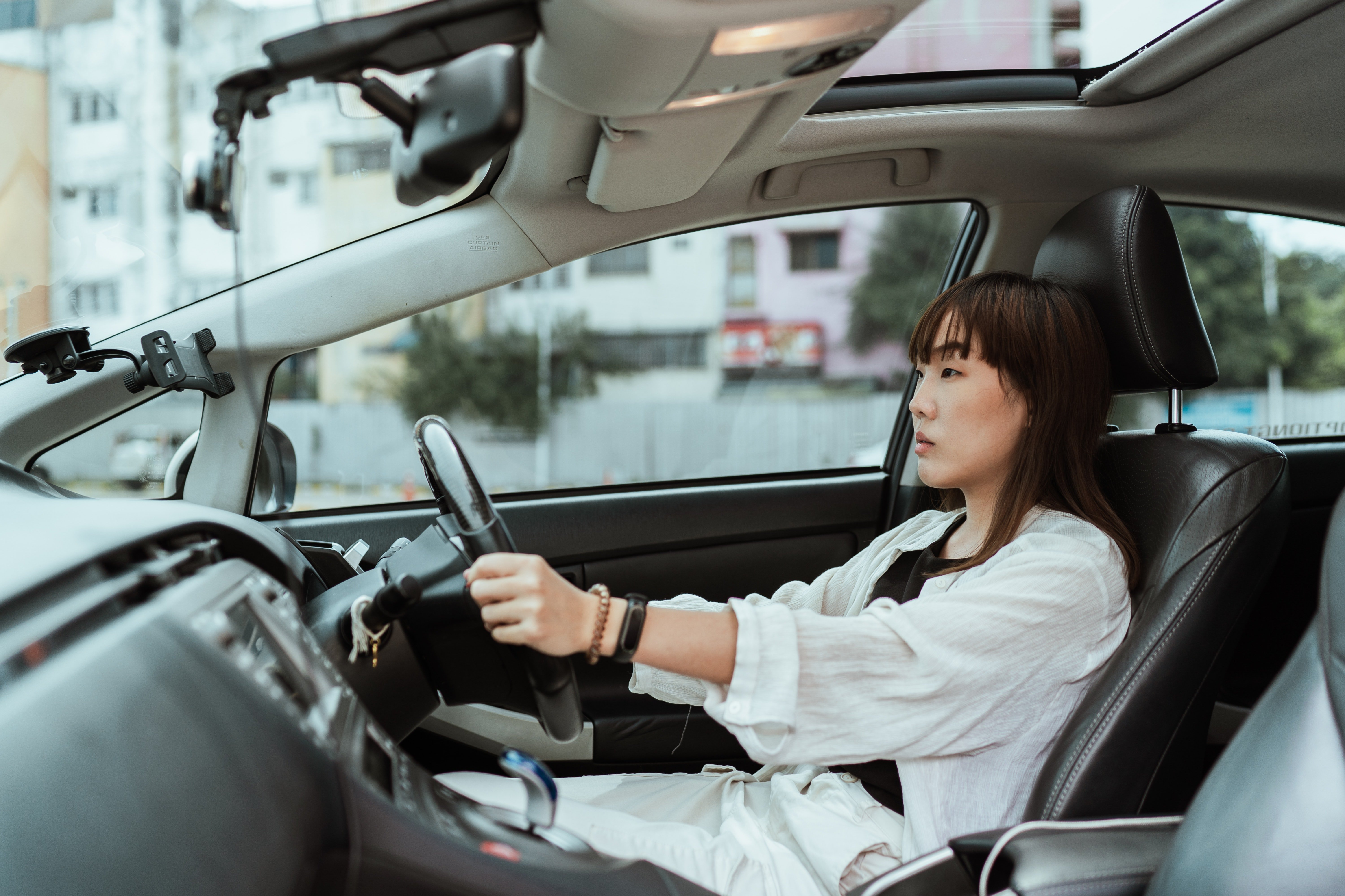 A lady sitting behind the wheel.   Photo: Pexels