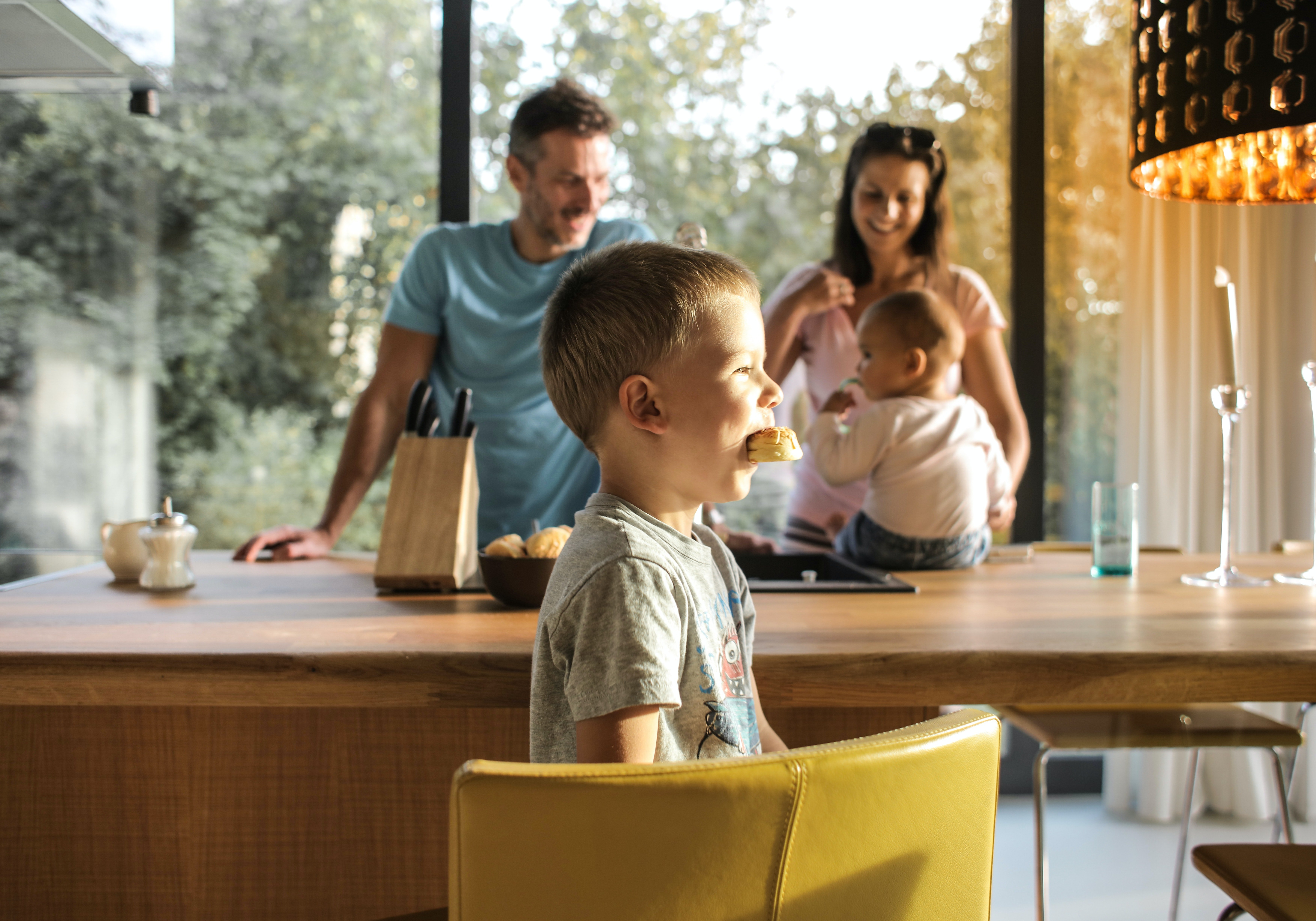 Family dining together | Photo: Pexels