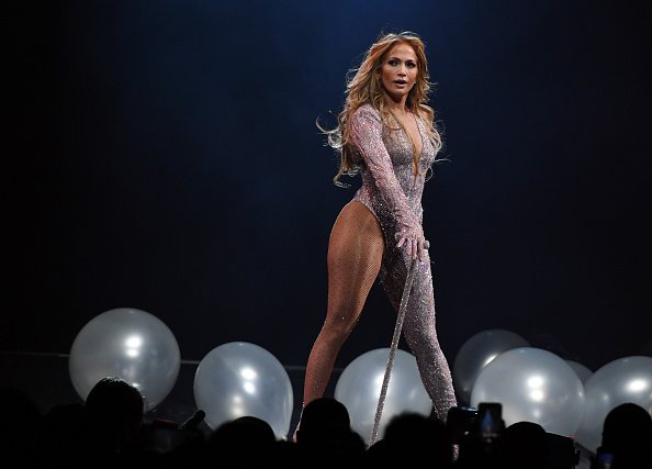 Jennifer Lopez se presenta durante una parada de su gira It's My Party en el T-Mobile Arena el 15 de junio de 2019 en Las Vegas, Nevada. | Fuente: Getty Images