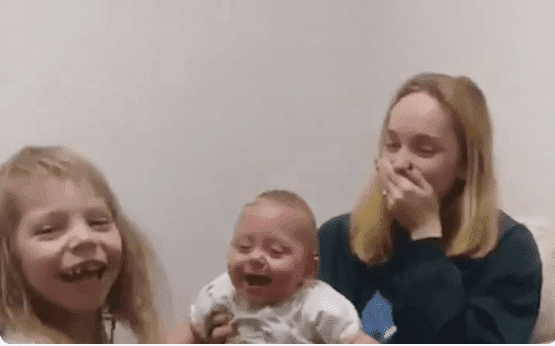 Halie calls out to her baby sister, Scarlet, and rejoices as she laughs hysterically to the sound of her voice. | Source: Twitter/@ABCNews