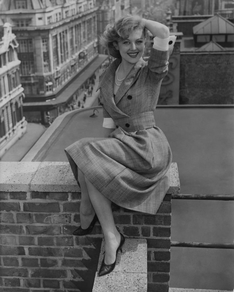 Nicole Courcel (1931 - 2016) sur le toit-terrasse du chapiteau à Oxford Street, à Londres, le 11 mai 1959. | Photo : Getty Images