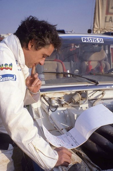 Le chanteur Michel Sardou lors du rallye Paris-Dakar en 1984, Sénégal. | Photo : Getty Images