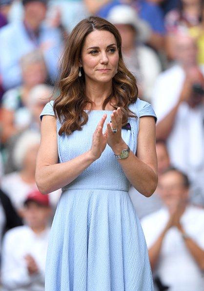 La duchesse de Cambridge quitte le court central après la remise du trophée après la victoire de Novak Djokovic de la Serbie sur Roger Federer de la Suisse lors de la 13e journée des Championnats.   Photo : Getty Image