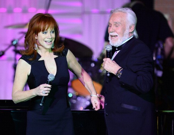 Reba McEntire and Kenny Rogers at the JW Marriott Desert Ridge Resort & Spa on April 12, 2014 in Phoenix, Arizona. | Photo: Getty Images