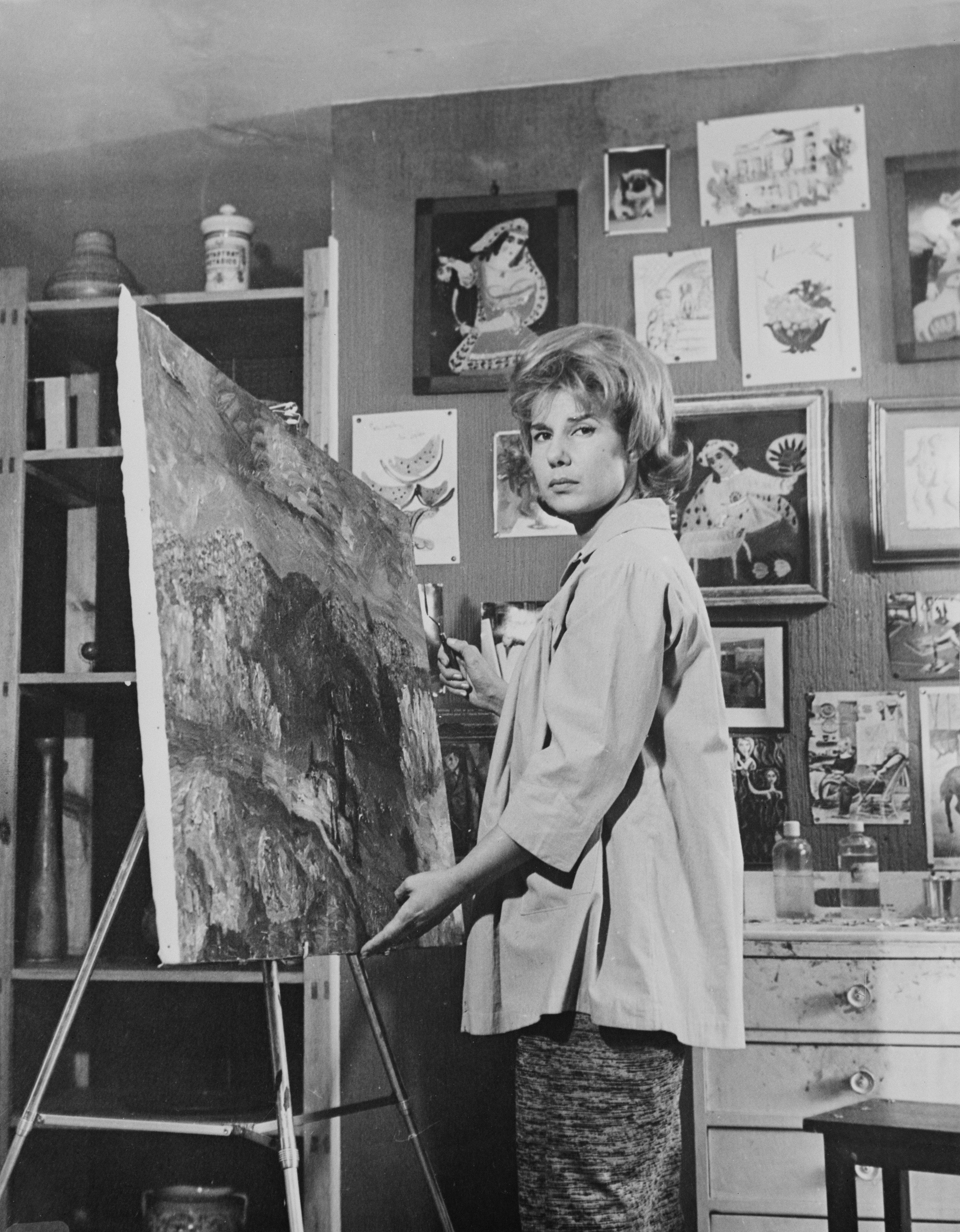 Cayetana Fitz-James Stuart, Duquesa de Alba, pinta un cuadro en su hogar en Madrid, en 1961. || Fuente: Getty Images