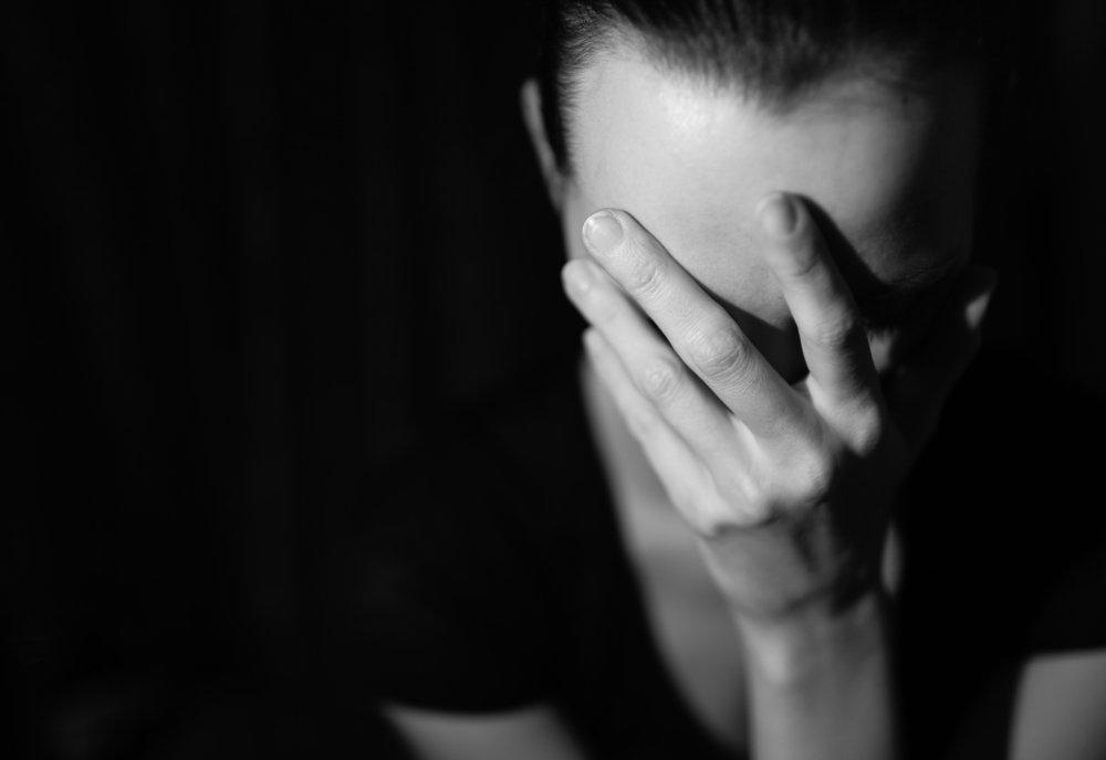 Une femme couvrant son visage. | Photo : Shutterstock