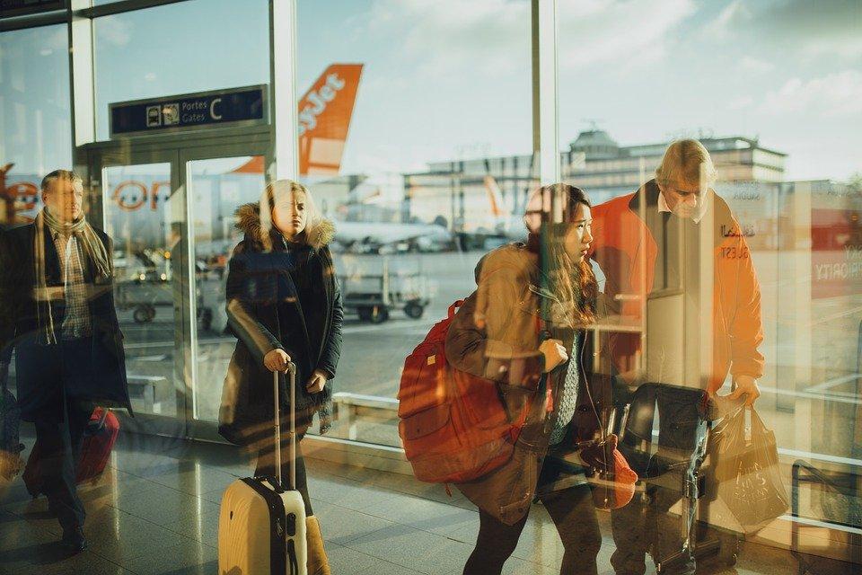 Des voyageurs dans l'aéroport | Photo : Pixabay