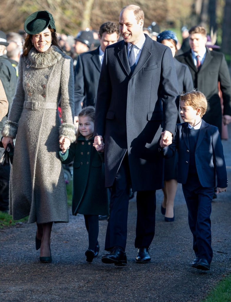 Le prince William, duc de Cambridge et Catherine, duchesse de Cambridge avec le prince George de Cambridge et la princesse Charlotte de Cambridge assistent au service religieux du jour de Noël à l'église St Mary Magdalene sur le domaine de Sandringham | Photo : Getty Images
