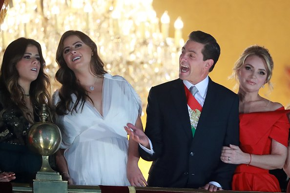 Enrique Peña Nieto, presidente de México, saluda con su esposa Angélica Rivera y sus hijos durante las celebraciones del Día de la Independencia de México en el Zócalo el 15 de septiembre de 2018 en la Ciudad de México, México.   Fuente: Getty Images