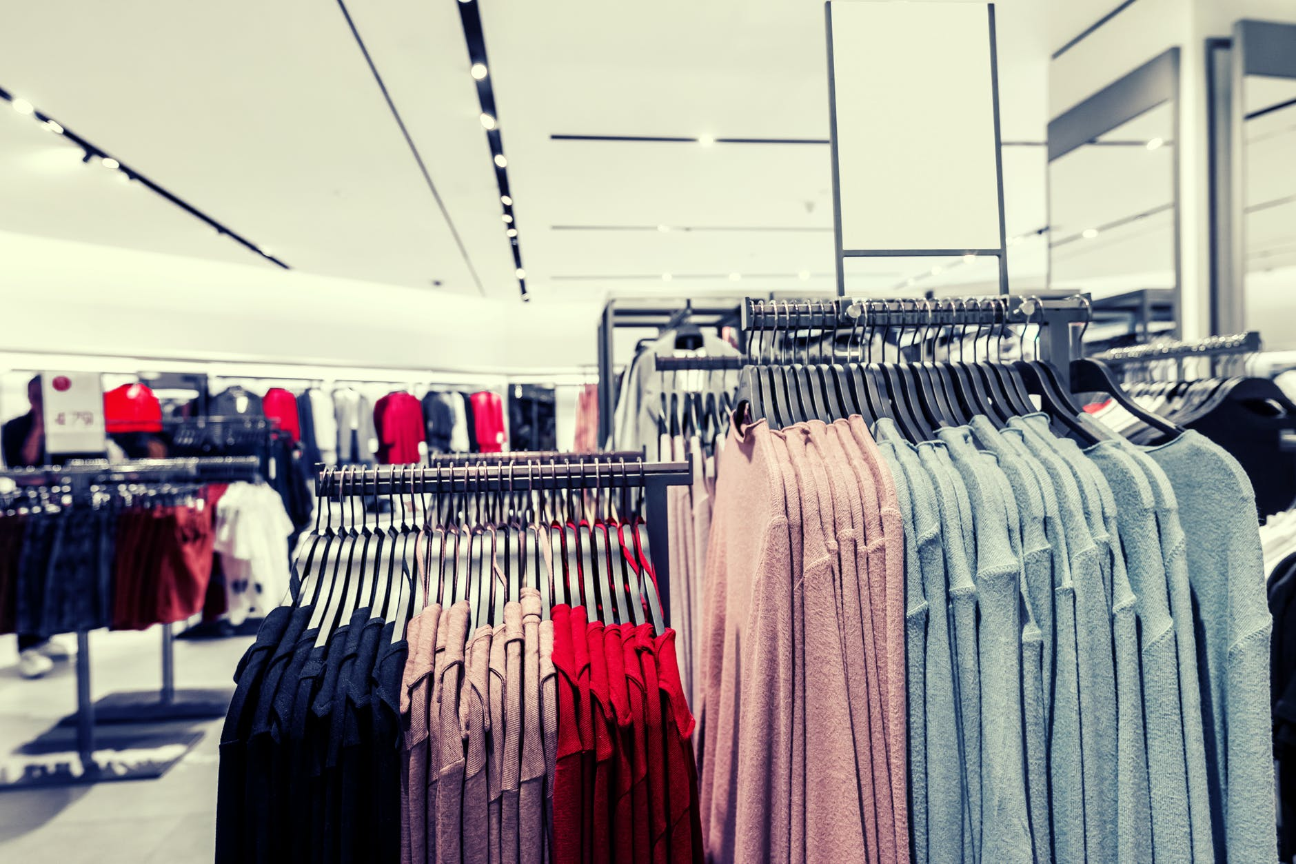 An image of clothes in a store | Photo: Pixabay