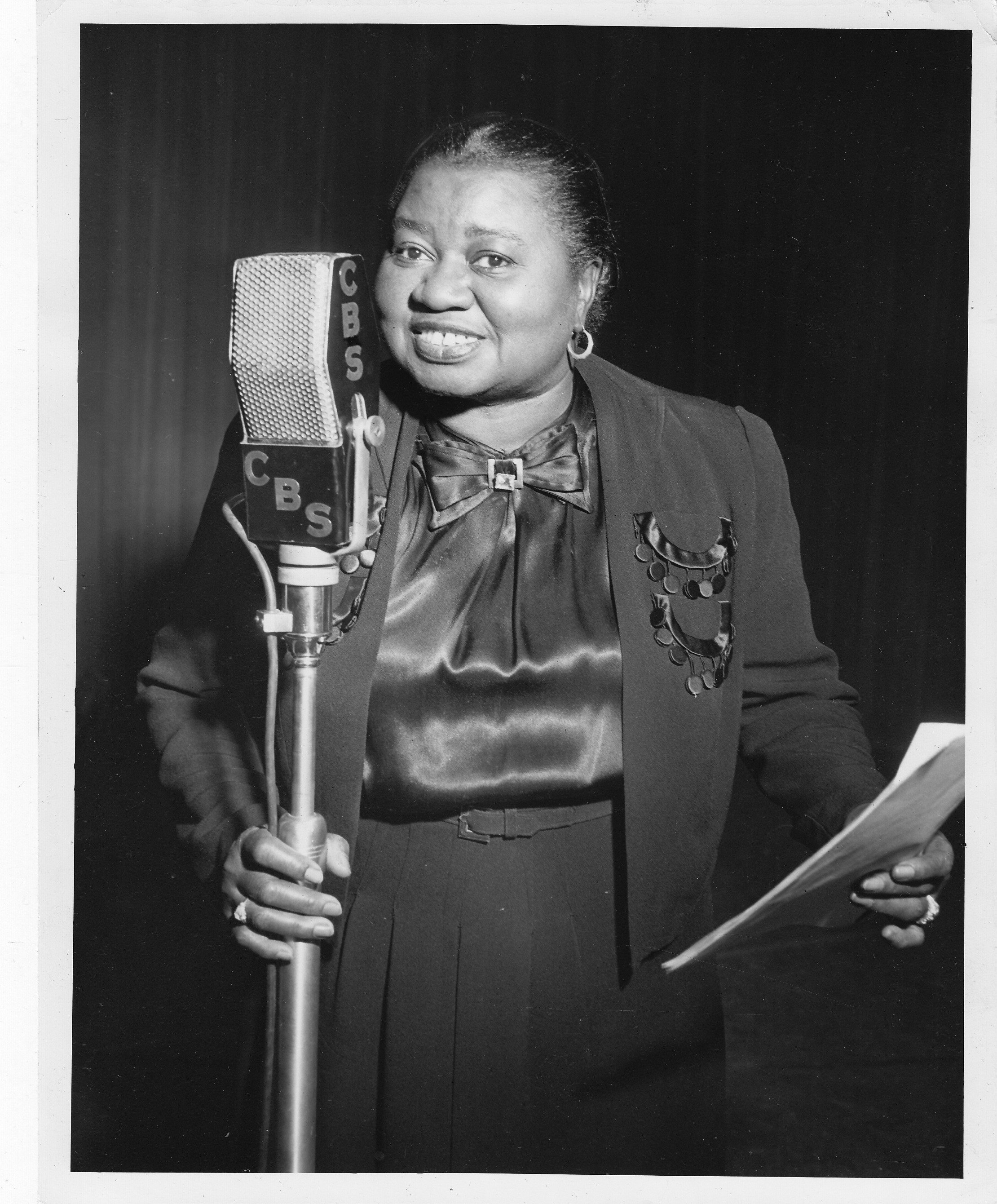 Hattie McDaniel, at the microphone, USA, 1947 | Photo: GettyImages