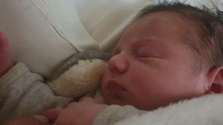 La photo d'un nouveau-né |Source: France Bleu, Twitter