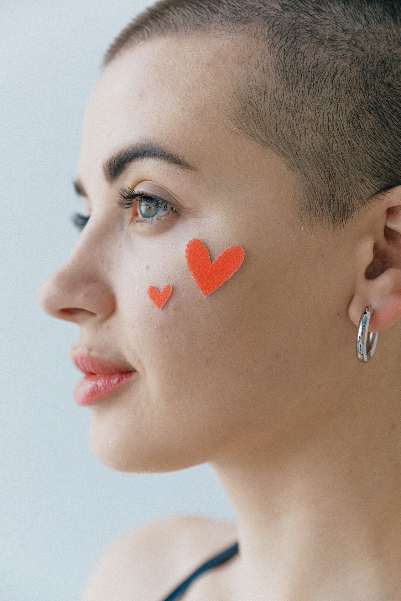 Photo of a woman with very short haircut | Photo: Pexels