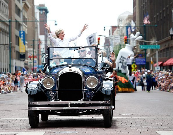 Actress and Grand Marshall Florence Henderson wave from a car during a parade ahead of the 100th running of the Indianapolis 500 at on May 28, 2016 | Photo: Getty Images