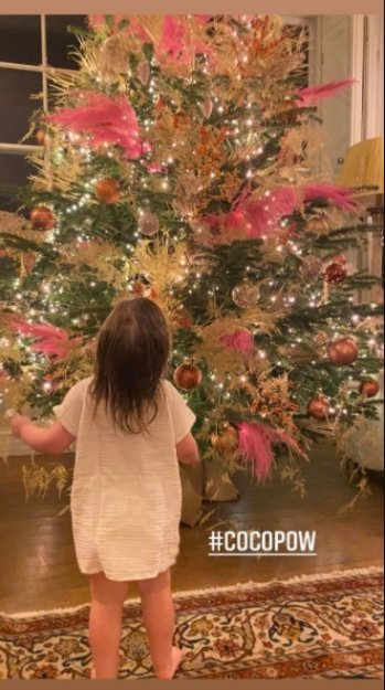 Ayda Field's daughter pictured standing in front of their family christmas tree.   Photo: Instagram/Aydafieldwilliams