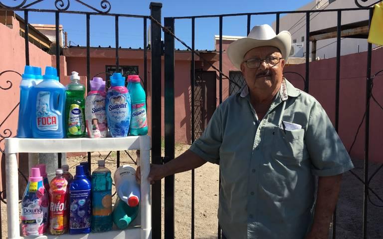 Humberto vende productos de limpieza en su casa en Villa Colonial, Mexicali. | Foto: La Voz de la Frontera