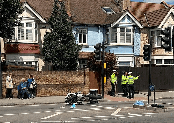 Police at the scene | Photo: Daily Mail