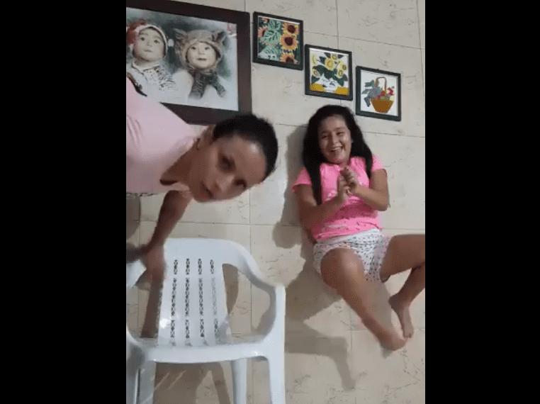 Une fille faisant un tour surprise par sa mère / Image prise de : Facebook / SocialUniPamplona