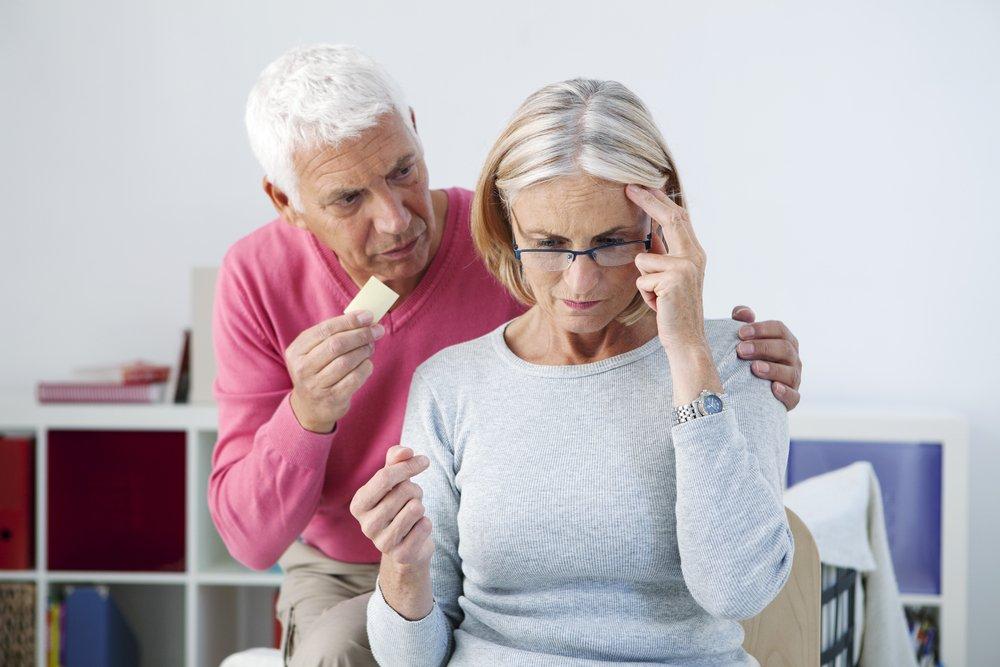 Mujer con problemas para recordar algo junto a su pareja. Fuente: Shutterstock