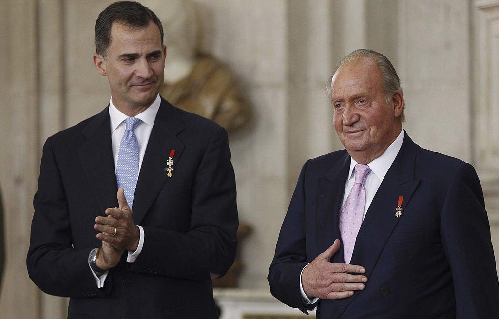 Felipe VI y Juan Carlos I en la ceremonia oficial de abdicación en el Palacio Real el 18 de junio de 2014 en Madrid, España. | Imagen: Getty Images