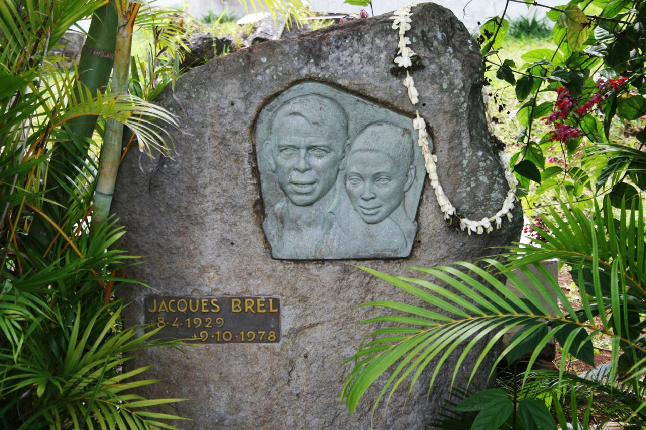 Tombe de Jacques Brel à Atuona, à l'effigie du chanteur et de Maddly Bamy. Photo : Wikipedia